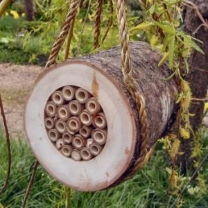 Ce rondin  représente un refuge naturel pour abeilles solitaires et favorise la pollinisation au jardin. Le rondin est conçu de manière à offrir une bonne isolation (il n'est pas nécessaire de le rentrer en hiver). Il est rempli de tubes naturels pour la ponte des abeilles.