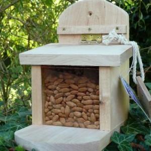 Cette mangeoire pour écureuil est construite en cèdre avec une charnière anti rouille. Le remplissage des cacahuètes se fait très facilement par le couvercle.