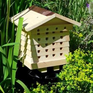 Cette ruche a été spécialement conçue pour attirer les abeilles solitaires. Naturellement attirées par les trous dans le bois, elles seront certainement nombreuses à venir nidifier dans cet abri.